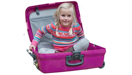 Meisje in Ekiko koffer