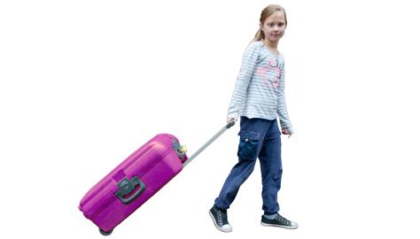 Meisje rolt Ekiko koffer
